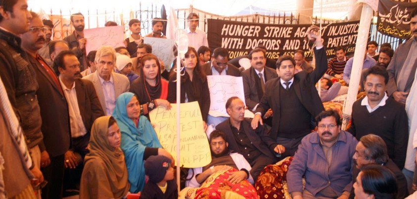 PPP-Human Right Wing Punjab visited YDA in Services Hospital Lahore also showed solidarity. (Asif Khan (President PPP-HRW, Bushra Malik Gen. Sec,, Shahzadi Tauseef Cheema(Legal Advisor) Khawar Khatana Advocate Supreme Court, Asad Mahmood, (legal advisor) Naseer Ahmed pres LHR, Javed Hashmi (pres Bhakher) PLF lawyers, other HRW members and Young Doctors from Services Hospital)