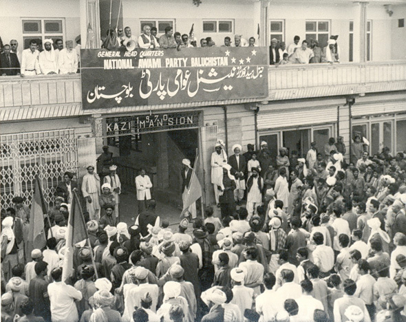 baloch-nationalist-politicians-on-balcony-of-national-awami-party-headquarters-in-quetta-1970s-590-468