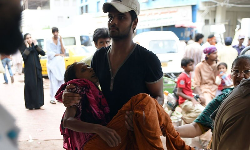 A man carrying a heatwave victim to a Karachi hospital. Source AFP
